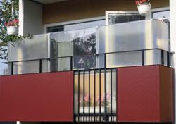 Höj och sänkbart vindskydd balkong